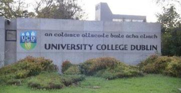 Mauer mit Schriftzug: University College Dublin.